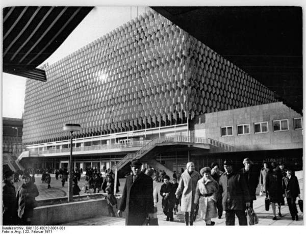 Dom towarowy na Alexanderplatz w Berlinie. Żródło: Bundesarchiv Bild 183-K0212-0301-001