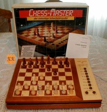 "Komputer szachowy ChessMaster Źródło:{a href=""http://www.robotrontechnik.de}www.robotrontechnik.de{/a}"