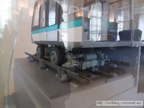 Model wagonika metra paryskiego z kołami ogumionymi