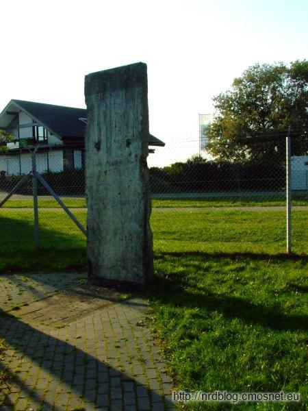 Pomnik Berlińskiego Mostu Powietrznego - fragment muru berlińskiego