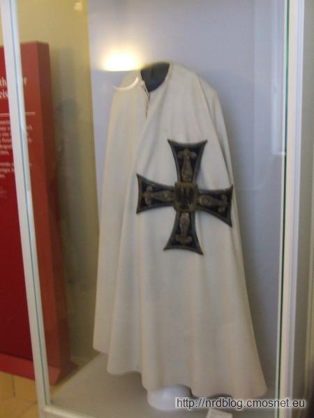 Płaszcz krzyżacki w muzeum zakonu w Bad Mergentheim