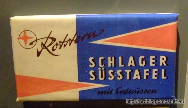 Schlager Süßtafer - wyrób czekoladopodobny z orzeszkami ziemnymi z NRD; cena 80 fenigów NRD