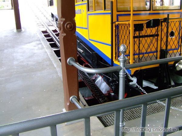 Nerobergbahn Wiesbaden - wylewanie wody z wagonika