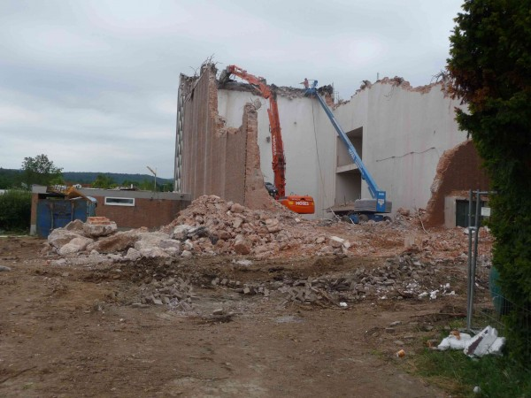 Wyburzanie kościoła katolickiego w Oberursel-Oberstedten