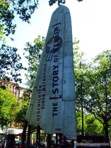 Reklama przed wejściem do muzeum The Story of Berlin