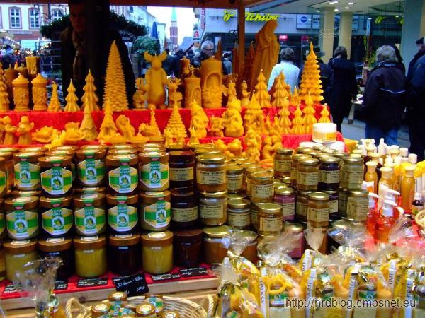 Weihnachtsmarkt we Frankfurcie - świeczki z wosku pszczelego i miód