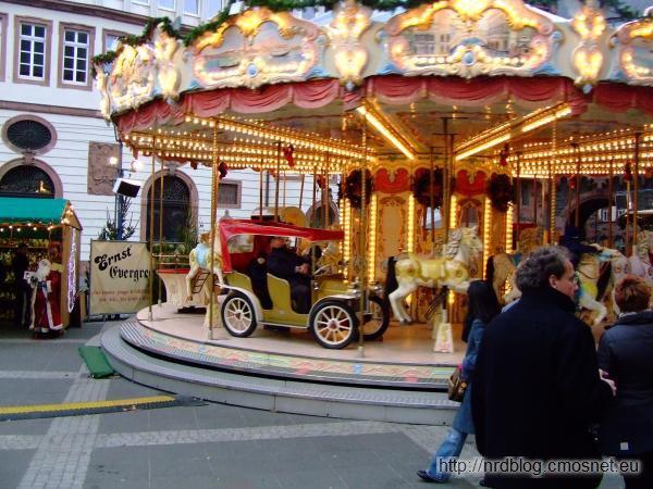 Weihnachtsmarkt we Frankfurcie - karuzela