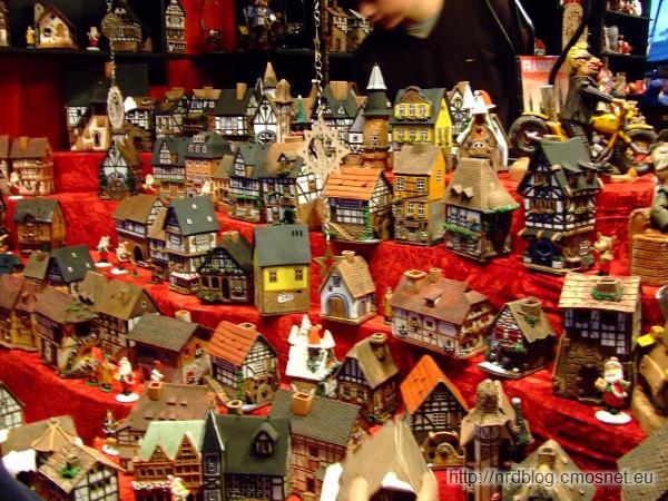 Weihnachtsmarkt we Frankfurcie - podświetlane domki