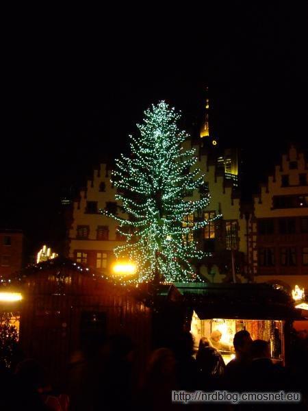 Weihnachtsmarkt we Frankfurcie - choinka