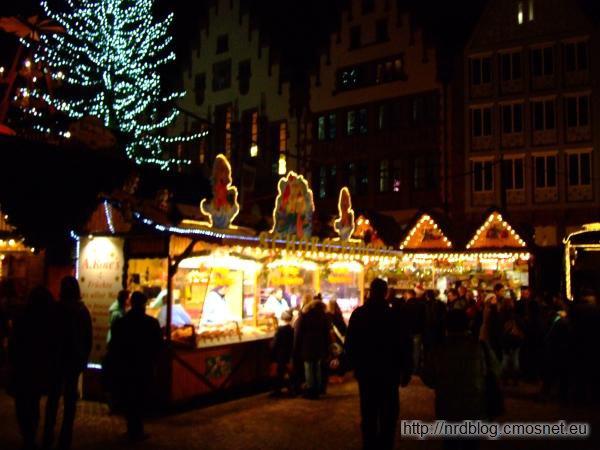 Weihnachtsmarkt we Frankfurcie - stoiska