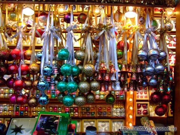 Weihnachtsmarkt we Frankfurcie - stoisko z bombkami