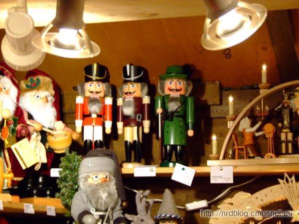 Weihnachtsmarkt we Frankfurcie - dziadki do orzechów