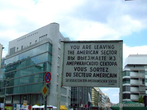 You are leaving the american sector - tablica na dawnym Checkpoint Charlie