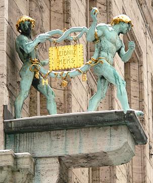 """Rzeźba """"Brezelmänner"""" na budynku firmy Bahlsen"""